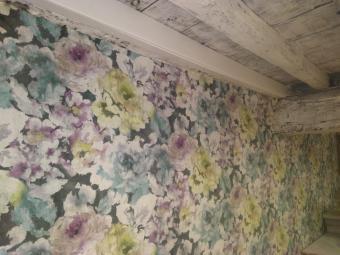 Tapisserie papier tissu fleurie sur mur restauré